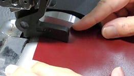 Coms Styleコムズスタイル レザーハンドクラフト 革漉きで厚みを調整、本革スマホケース制作